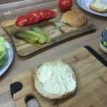 Hovädzí hamburger s karamelizovanou cibuľkou